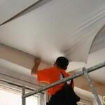 Сначала обои или натяжной потолок — что делать первым?
