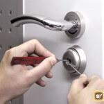 Заклинило входную дверь – почему и что с этим делать?